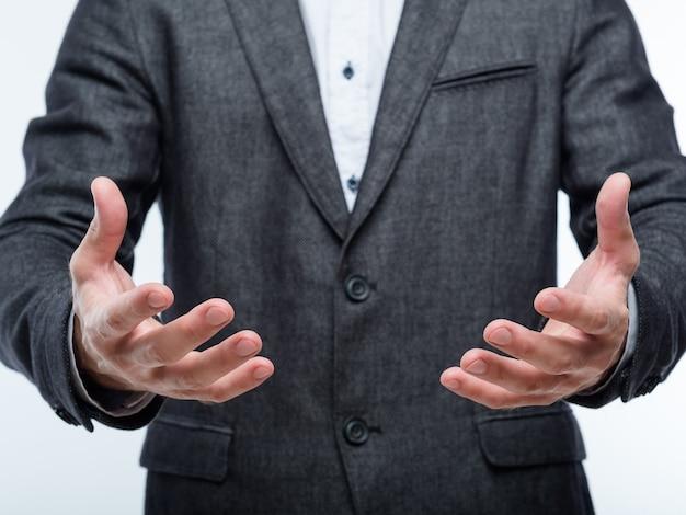 Homme d'affaires mains tenant un gros objet invisible. concept de revenus de profit et de résultats de travail.