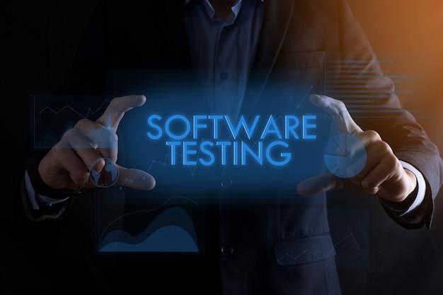 Homme d'affaires mains tenant des tests de logiciels d'inscription
