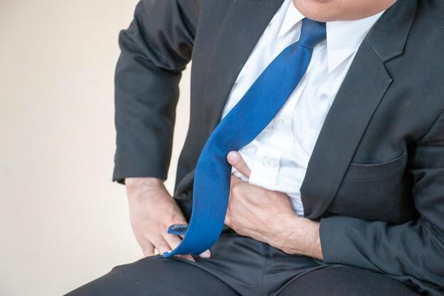 Homme d'affaires a mal au ventre.