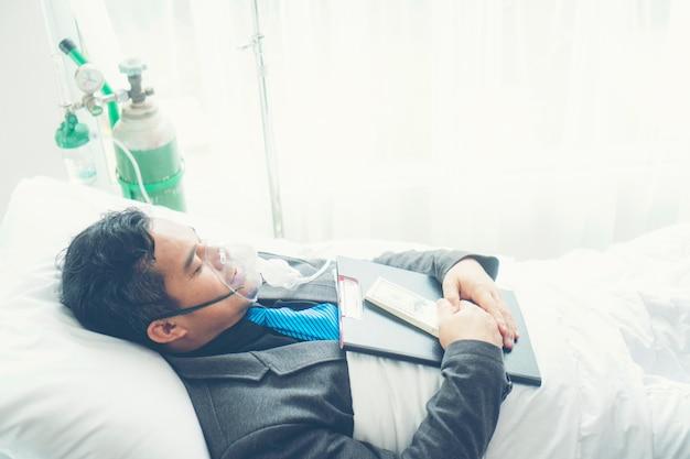 Un homme d'affaires malade doit encore travailler seul. concept d'entreprise, travail acharné