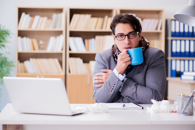 Homme d'affaires malade souffrant de maladie au bureau