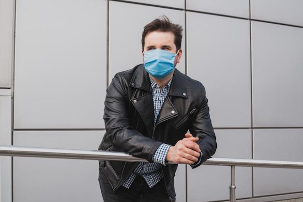 Homme d'affaires en masque sur fond d'immeuble de bureaux fermés, coronavirus, maladie, infection, quarantaine, masque médical
