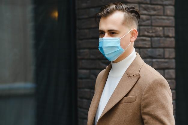 Homme d'affaires avec un masque respiratoire isolé dans un espace de bureau