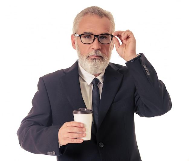 Homme d'affaires mature barbu en costume classique.
