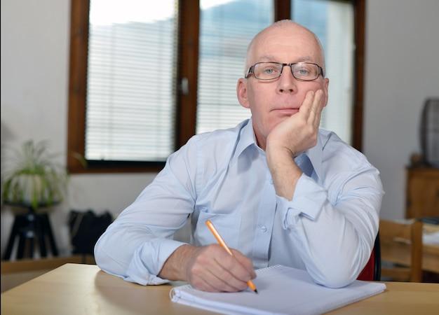 Homme d'affaires mature sérieux au bureau
