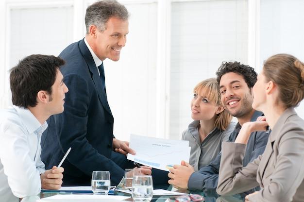 Homme d'affaires mature travaillant en équipe avec ses collègues au bureau