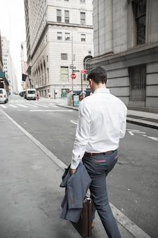 Homme d'affaires méconnaissable marchant dans la rue