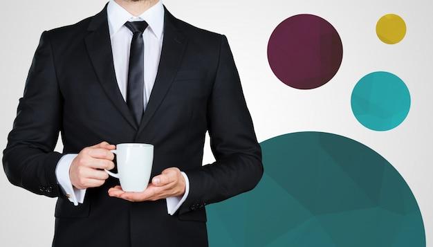 Homme d'affaires méconnaissable avec une tasse de boisson chaude