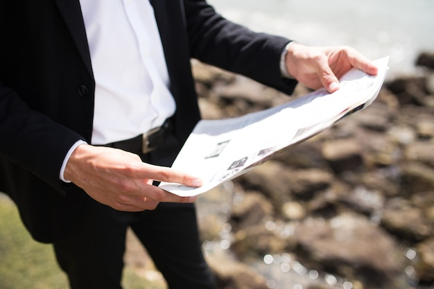 Homme d'affaires méconnaissable utilisant une carte de poche