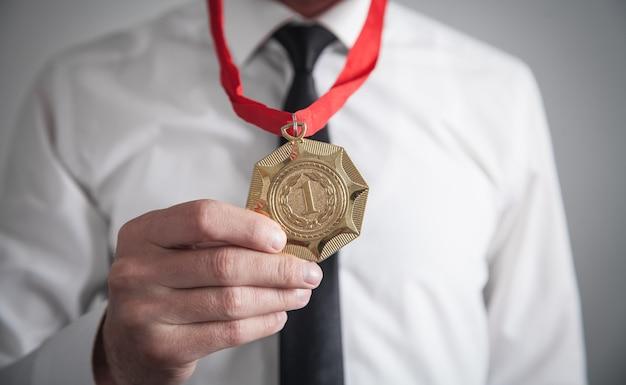 Homme d'affaires avec médaille d'or. remise des médailles pour le gagnant