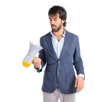 Homme d'affaires avec mégaphone sur fond blanc isolé