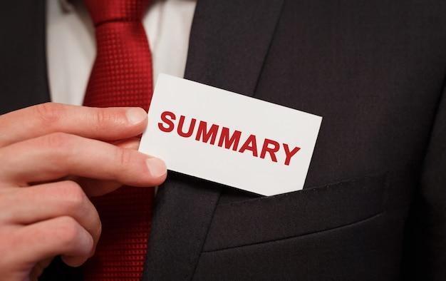 Homme d'affaires mettant une carte avec résumé de texte dans la poche