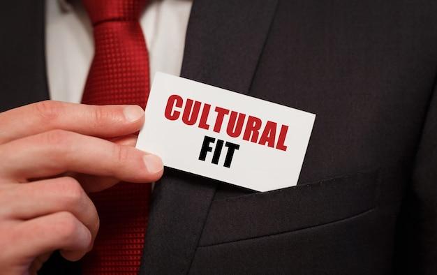 Homme d'affaires mettant une carte avec texte culturel fit dans la poche
