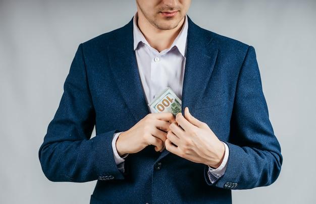 Homme d'affaires, mettre de l'argent dans sa poche