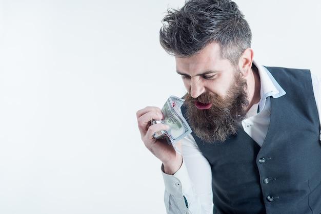 Homme d'affaires, millionnaire, milliardaire, homme barbu avec un billet de banque à la main. notion de banque. concept d'économie d'argent. concept d'entreprise. la finance. l'argent facile. billet dans le sang.
