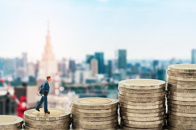 Homme affaires, miniature, debout, sur, pile, et, tokyo, ville, horizon, fond