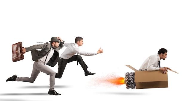 Homme d'affaires avec missile en carton surmonte et gagne une course contre des adversaires