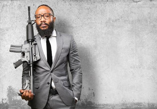 Homme d'affaires avec mitrailleuse