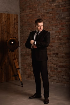 Homme d'affaires moderne confiant jeune homme en costume complet.
