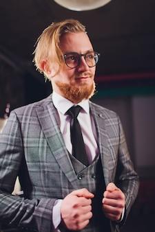 Homme d'affaires moderne en costume