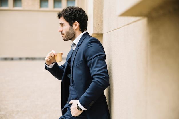 Homme d'affaires moderne en milieu urbain