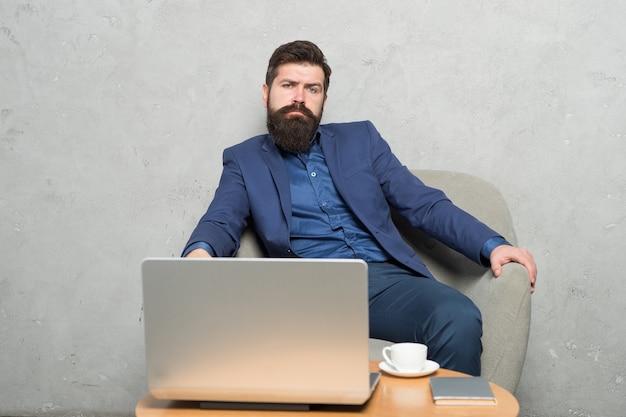 Homme d'affaires moderne. ordinateur portable de travail d'homme d'affaires. l'homme boit du café au bureau d'affaires. e-mail professionnel de réponse. le marketing numérique. surfer sur le net. acheter en ligne. chef de projet. correspondance commerciale.