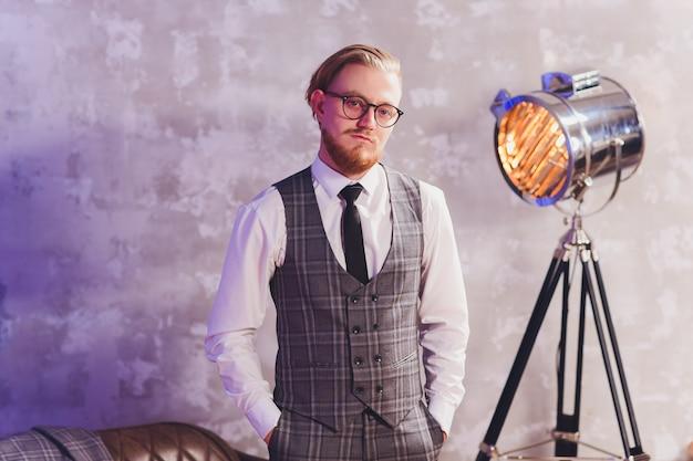 Homme d'affaires moderne portant un costume posant