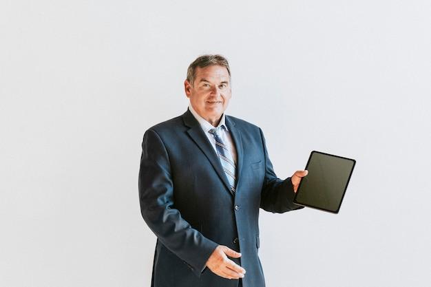 Homme d'affaires montrant un fond d'écran de téléphone mobile tablette numérique