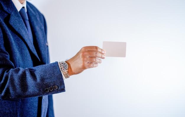 Homme d'affaires montrant sa carte de visite
