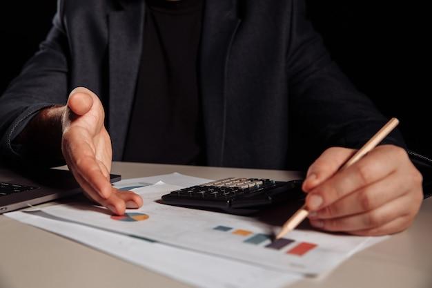 Homme d'affaires montre des bénéfices dans un graphique. concept d'investissement.