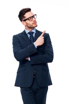Homme d'affaires montre son doigt vers le haut