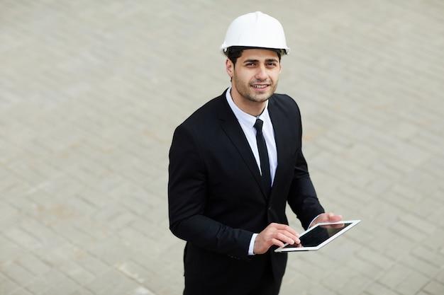 Homme d'affaires moyen-oriental portant un casque