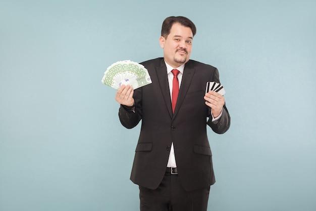 L'homme d'affaires ne peut pas choisir la banque en ligne ou l'argent sur les mains