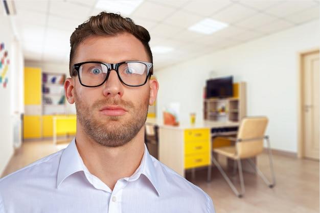Homme d'affaires de nerd à lunettes