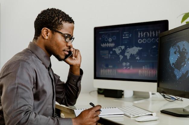 Homme d'affaires noir parlant au téléphone