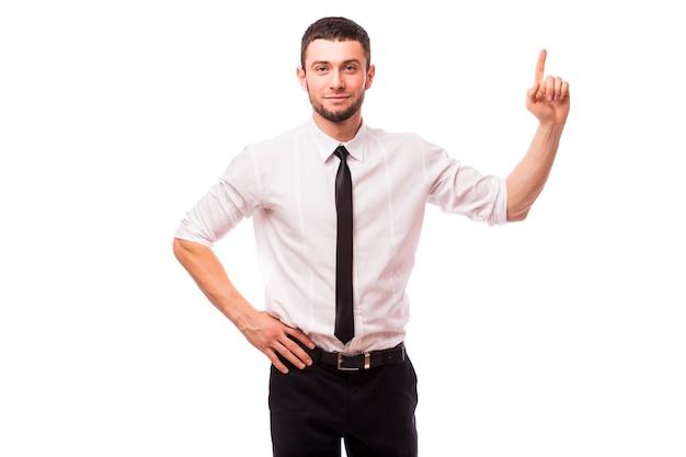 Homme d'affaires obtient une idée lumineuse isolée sur un mur blanc