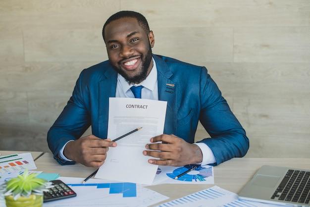 L'homme d'affaires obtient un nouveau contrat