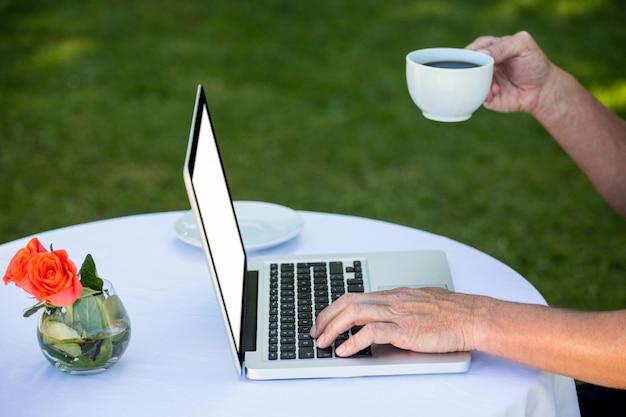 Homme d'affaires occasionnel à l'aide d'un ordinateur portable et café
