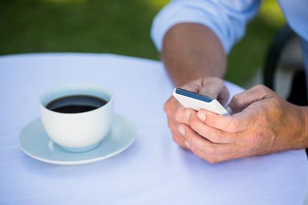Homme d'affaires occasionnel à l'aide de smartphone et de café