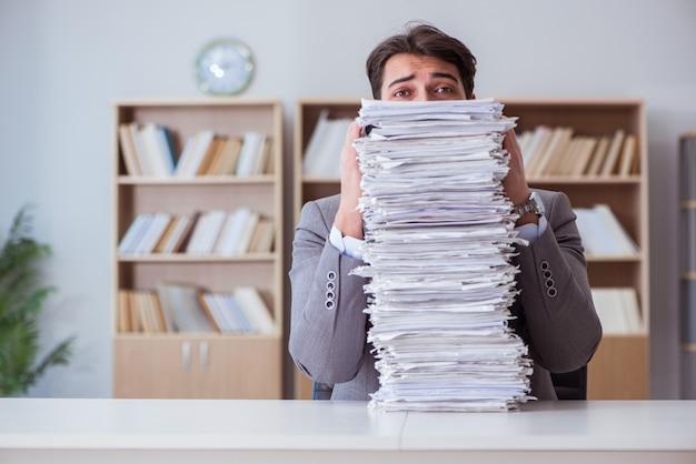 Homme affaires, occupé, paperasserie, bureau