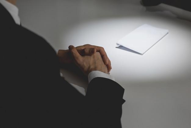 Homme d'affaires offrant de l'argent dans l'enveloppe sur la table à son partenaire