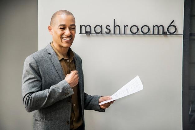 Un homme d'affaires offrant une présentation