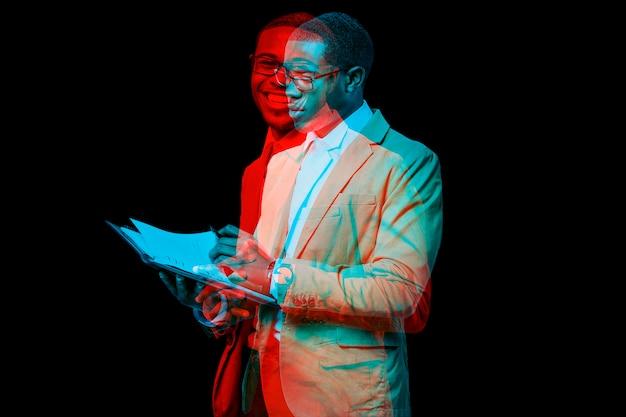 Homme d'affaires avec ordinateur portable en effet d'exposition double couleur