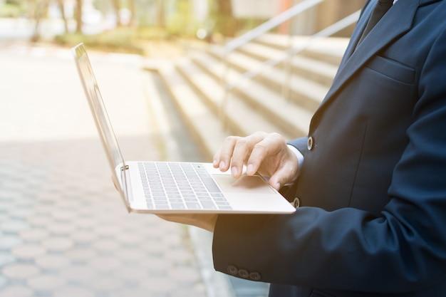 Homme d'affaires et ordinateur portable