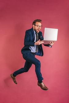Homme affaires, ordinateur, sauter