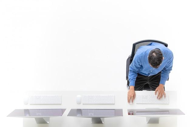 Homme d'affaires avec des ordinateurs de bureau.