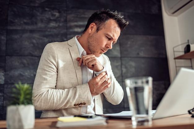 Homme affaires, paperasserie, bureau, tenue, manchette