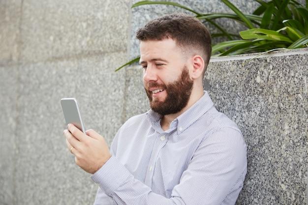 Homme d'affaires par vidéoconférence