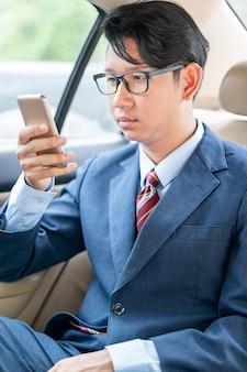 Homme d'affaires parlant au téléphone en voiture