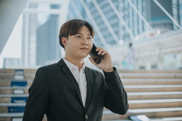 Homme d & # 39; affaires parlant au téléphone